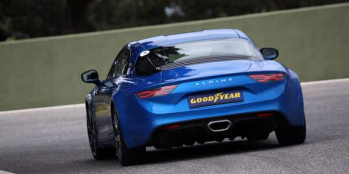 La marque Goodyear jette un pavé dans la mare du pneu sportif en commercialisant une nouvelle gamme composée de quatre pneumatiques. Le plus populaire sera assurément l'Asymmetric 5 qui est promis à une belle carrière.
