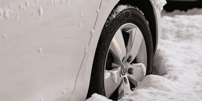 Préparer sa voiture à l'hiver : conseils d'entretien automobile et pneus neige