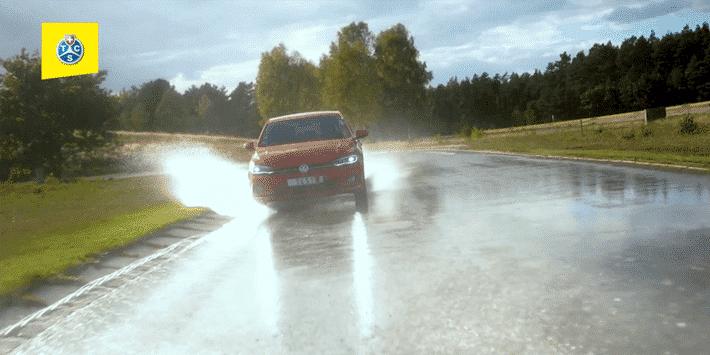 Test pneus hiver : TCS et ADAC comparent les pneus en adhérence sur le sol mouillé