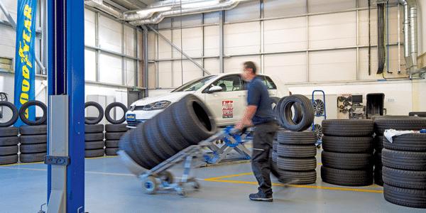 Meilleurs pneus été 2021 : test et comparatif, le montage des pneus par Auto Express