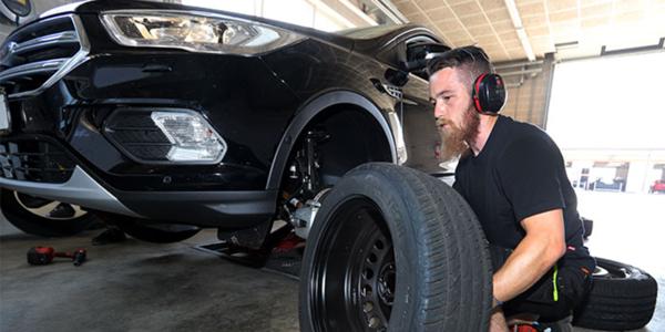 Comparatif pneus été : montage de pneus pour SUV