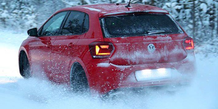 Test pneu TCS et ADAC : la citadine Volkswagen Polo teste les pneus hiver sur la neige pour le comparatif 2019 de TCS et ADAC