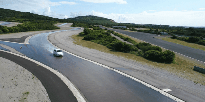 Test pneus toutes saisons : Tyre Reviews fait un comparatif sur un circuit au sol mouillé