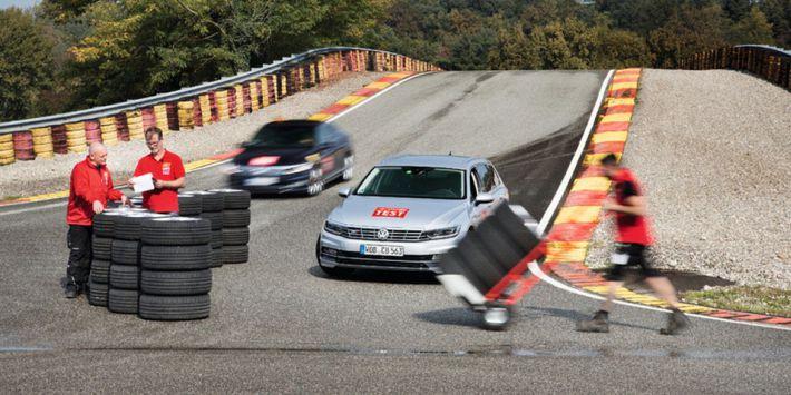 Le magazine ACE Lenkrad a comparé des pneus été de 18 pouces dans le centre d'essai Pirelli en Italie