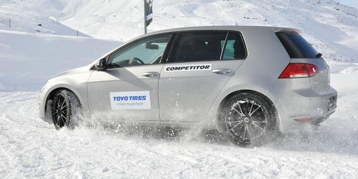 Voiture avec des pneus Toyo pour un test sur neige