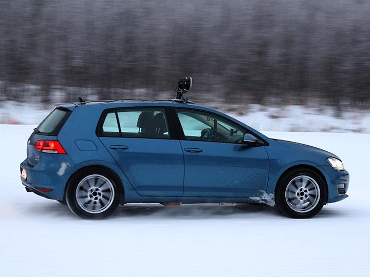 Volkswagen Golf effectue un virage sur une piste enneigée pour l'essai de pneus hiver 2021 de l'ADAC et du TCS