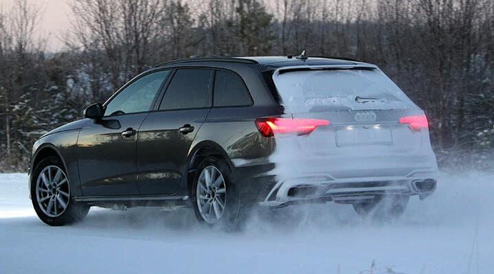 Audi A4 roule sur piste enneigée pour le test de pneus hiver de l'ADAC et du TCS