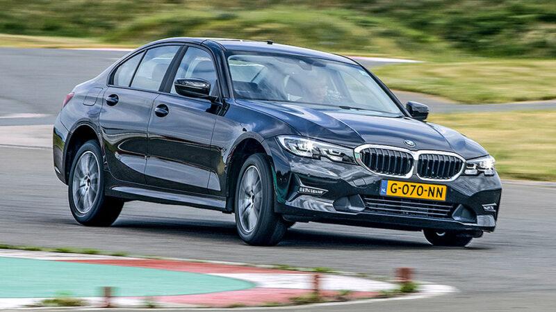 BMW Série 3 en virage sur sol sec durant le test de pneus toutes saisons d'Auto Bild